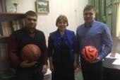 Бийский депутат Глушков подарил спортивный инвентарь местной школе